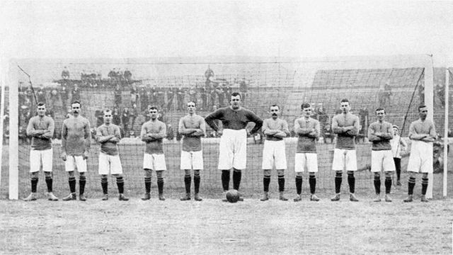 1905_team_between_posts.jpg
